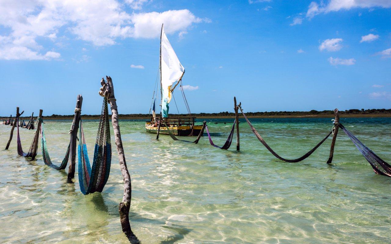 Hamacs dans le lagon de Jericoacoara dans l'état de Bahia au Brésil