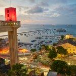 Coucher de soleil sur l'ascenseur Lacerda à Salvador au Brésil