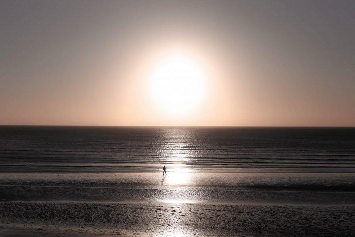 Un coucher de soleil sur une plage près de Jericoacoara au Brésil