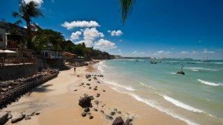 La plage et le village de Pipa dans le Nordeste