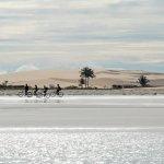 À vélo sur une plage de Jericoacoara au Brésil